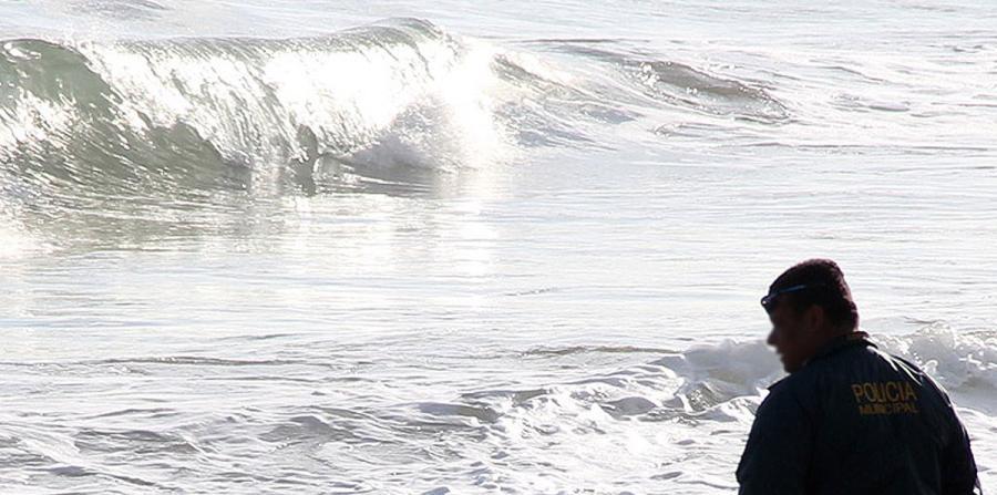 Hallan cuerpo flotando en playa de Río Grande