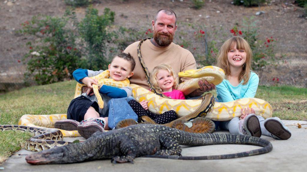 Una familia que convive con una serpiente pitón y reptiles en casa