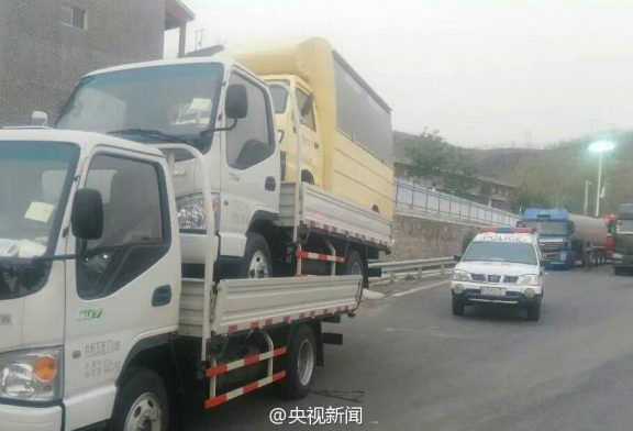 Recibe multa por conducir con camiones apilados uno encima del otro