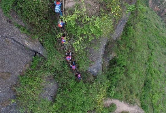 Construyen una escalera de acero en el camino más peligroso del mundo para llegar a la escuela 2018
