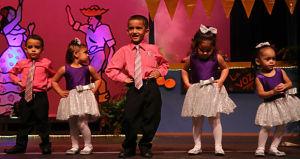 Niños celebran fiesta de pueblo honrando artistas