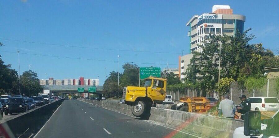 Camión choca valla en expreso Las Américas