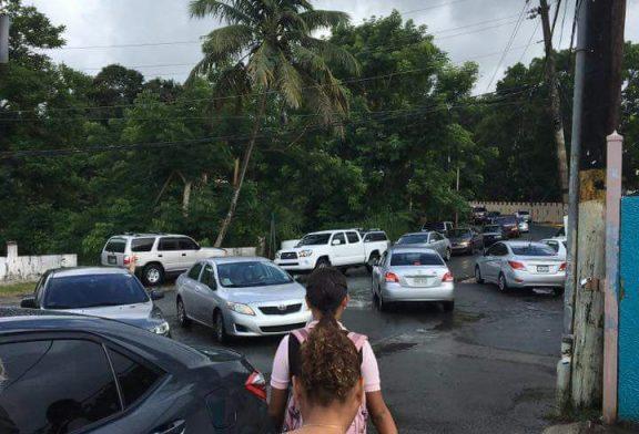 Portones cerrados en escuela Miguel Melendez Muños en la Aldea Bayamón