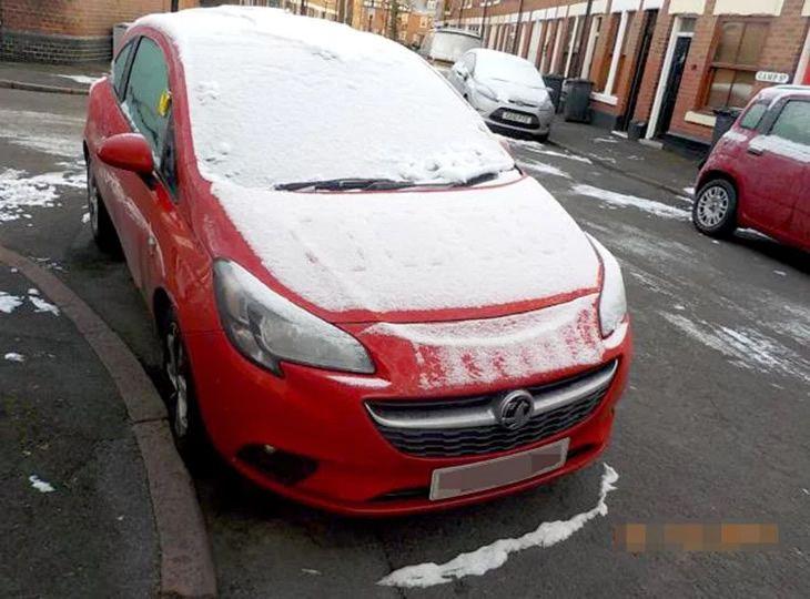 Recibe una multa de estacionamiento porque su permiso quedó bajo la nieve