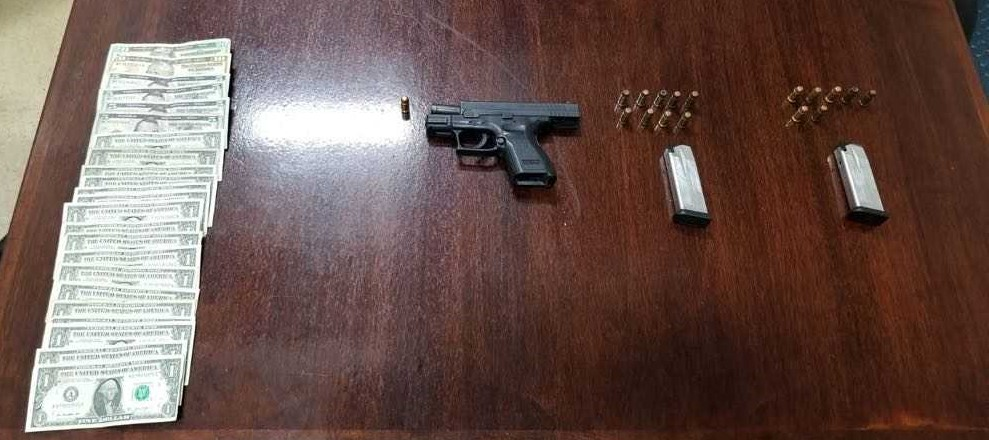 Arrestan a trío por arma y municiones en residencia en sector Parcelas Nuevas