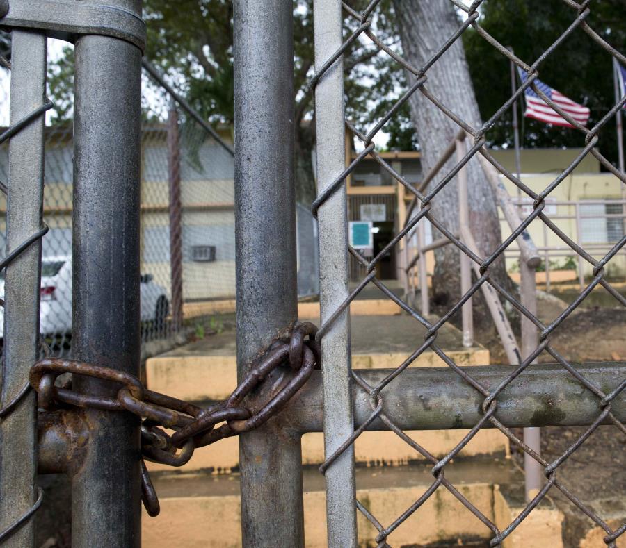 Jueza ordena a padres a detener el cierre forzado de escuela en Salinas